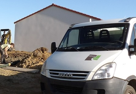 Un camion parfaitement marqué et reconnaissable pour la société De la Pierre au Jardin