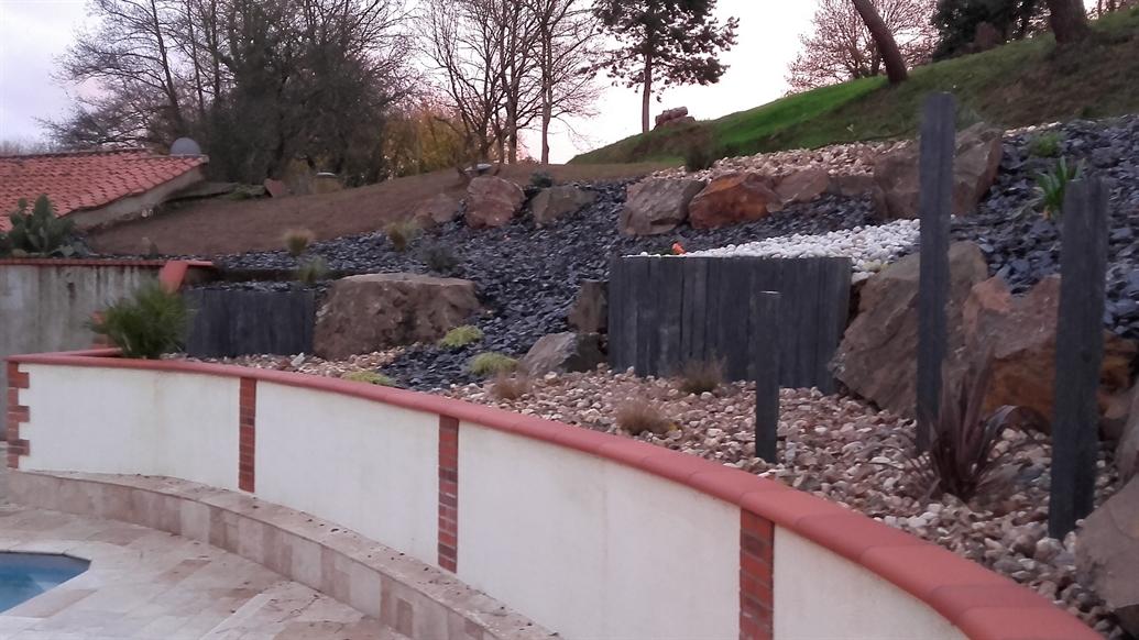 Entre rocailles et rochers l'aménagement stable d'un talus